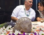 """以玛雅传说""""13颗水晶头骨""""为主题的国际会议10月9日在纽约州立大学服装技术学院会议中心举行。来自拉斯维加斯、祖籍墨西哥的马里奥携他祖传的水晶头骨""""Pancho""""参加了会议。(图片来源:杜国辉/大纪元)"""