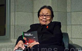 高耀洁医师和她的新书 (摄影:杜国辉/大纪元)