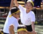 爱子公主在学校与同学玩游戏。(YOSHIKAZU TSUNO/AFP/Getty Images)