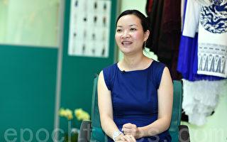 """香港女设计师余婳非常喜爱中国传统文化,她赞扬新唐人""""全球汉服回归设计大奖赛""""意义重大,希望将来能参与盛会。(摄影:潘在殊/大纪元)"""