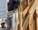 前美國總統吉米.卡特穿著牛仔褲並帶著工具帶。他是博愛居家房屋建築機構的義工。(圖片來源:Getty Images)