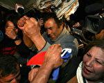 当世界上大部分观众关注智利营救被困矿工的事件时,中国人在考虑是否中共当局能做出这种程度的营救。图为13日获救的智利矿工。(HECTOR RETAMAL/AFP/Getty Images)