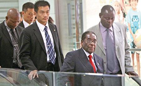 近日,被中共當成「老朋友」的津巴布韋總統穆加貝一度被軍方軟禁。圖為穆加貝2010年8月訪華。(AFP)