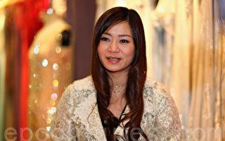 擅长设计各式晚装和婚纱礼服的香港著名设计师丘雪祺,预祝大赛圆满成功。(摄影:潘在殊/大纪元)