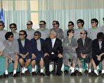 智利总统皮涅拉(前排中)与全数获救33名受困矿工合影。(AFP)