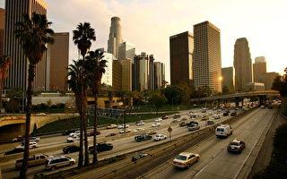 洛杉矶高速公路上的车流,想要车子寿命超过十万英哩,那就应该好好保养它。(Photo by David McNew/Getty Images)