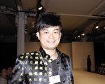 """从事服装设计25年,被马来西亚《婚纱杂志》评为""""马国十大服装店设计师""""的黄襟存感谢新唐人电视台为汉服爱好者提供交流的平台。(摄影:黎新 / 大纪元)"""