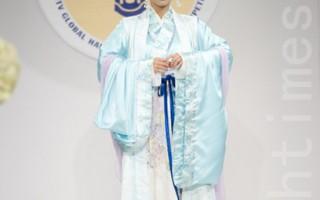 纽约选手叶方红以其作品《春风又绿江南岸》之一赢得第三届汉服大赛优秀奖。(摄影:戴兵/大纪元)