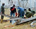 2005年,赞比亚一家中资矿用炸药厂发生爆炸,导致至少51人死亡。图为搜救遇难人员。(AFP)