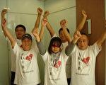 7名港商内地投资权益关注组成员,在五中全会期间分批前往上海参观世博,但只有港商刘伟培(前排左一)一人成功入境。他昨日身穿关注组衣服成功进入世博园,并在场内高呼口号。(大陆投资权益关注组提供)