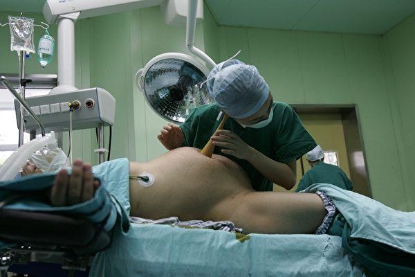厦门市一位怀孕八个月的母亲肖爱英,因二胎在医院被强行注射毒针生下死婴。图为一位孕妇在接受产前检查。(China Photos/Getty Images)