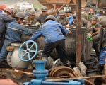 """中国王家岭矿难和智利矿难相比,网民讲,智利把人当""""人类"""",中共把人当成""""人猿"""",对比太强烈了。图为王家岭矿难。(AFP)"""
