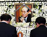 本月10日去世的北韓勞動黨前書記黃長燁的遺體告別儀式,14日上午10點在韓國首爾市松坡區峨山醫院舉行。圖為11日在醫院裡,韓國各界人士向黃長燁的遺體致敬、默哀。(AFP)