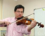 """香港著名中提琴家张经绍喜爱古典音乐,注重以技巧表达心灵与情感,他称赞新唐人电视台举办""""全世界华人小提琴大赛"""",为音乐界提供国际性交流平台。(摄影:潘在殊/大纪元)"""