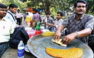 10月20日,印度最高法院正式裁决,禁止政府剥夺街头小贩诚实经营的权利。图为印度街头的小贩。(RALPHSON DAVID/AFP/Getty Images)