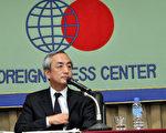 日本外务省经济局的经济局审议官平松贤司,对外国媒体发表横滨APEC的四个主要议题。(摄影:卢勇/大纪元)