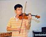 """新唐人第三届""""全世界华人小提琴大赛""""即将在纽约举行,香港年轻小提琴导师兼指挥陈创威赞赏大赛促进国际交流,希望更多好手参加。(摄影:邝天明/大纪元)"""