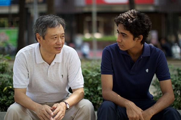 李安向全球宣布即將在台灣拍攝3D 立體鉅片《少年PI 的奇幻漂流》,並由印度男孩蘇瑞吉沙瑪演出男主角PI(右)(圖/福斯電影提供)
