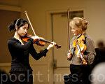 """在曼哈顿音乐学院和曼尼斯音乐学院任教的小提琴家露西‧罗贝尔(Lucie Roberts)教授(右)于10月30日在考夫曼中心安‧古德曼音乐厅举办大师班为4名参加第三届""""全世界华人小提琴大赛""""的选手们指点琴技。(摄影:Henry / 大纪元)"""