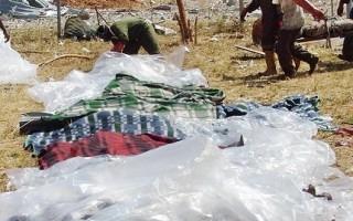 中共外援加掠奪,被稱惡魔「利維坦」。2005年,贊比亞盧薩卡的Chambeshi中國經營的銅礦發生爆炸,50名贊比亞礦工被炸死。圖為救援隊正尋找倖存者。(AFP)
