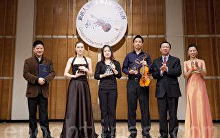 """新唐人第三届""""全世界华人小提琴大赛""""获奖选手在台上领奖。(摄影:爱德华/大纪元)"""