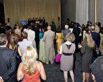 2010年8月24日至29日,神韻紐約藝術團在美國首都華盛頓肯尼迪藝術中心歌劇院的七場演出,吸引了眾多華府各個部門的政要、外交官、藝術家、社會名流、主流社會各界民眾。圖為8月25日晚演出結束後的貴賓招待會現場。(攝影:李莎/大紀元)