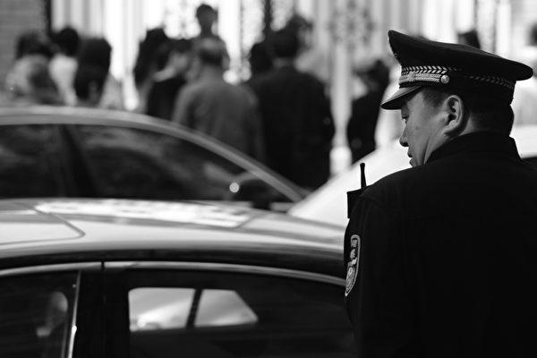 中共內部在18大前權鬥激烈,各派都希望自己的人選進入中共的最高權力機構。圖為中共在北京的保安。   圖片來源:getty images