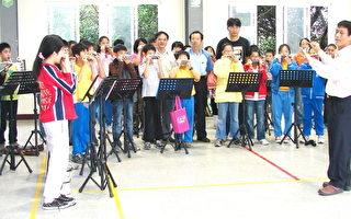 德龍愛樂口琴樂團平日吹奏練習。(攝影:陳建霖 / 大紀元)