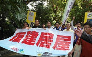 包括立法會議員梁家傑在內的公民黨及關懷香港成員,昨日發起「無殼蝸牛」遊行,諷刺當局的房屋政策令市民無法安居。(公民黨提供)