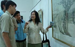张淑德向南一中学生解说她的作品。(摄影:孙帼英 / 大纪元)