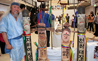 韓國知名木雕家Kim Jong Heung與他的作品。(攝影:林珊如/大紀元)