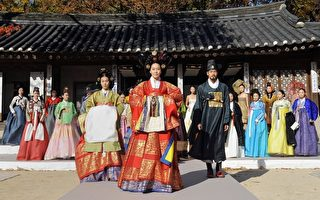 11月9日,首尔模特身穿传统服装在昌德宫为G20峰会晚宴排练时装秀。(AFP)