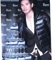 时尚型男高以翔出席2010 5cm新店开幕暨冬装发表记者会担任剪彩嘉宾。 (5cm提供)