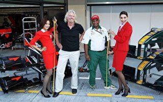 維珍品牌創始人理查德布蘭森(左二)即將在吉隆坡飛往倫敦的航班上服務乘客一天。右二為亞航總執行長拿督斯里托尼費南德。(Paul Gilham/Getty Images)
