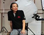 """香港著名摄影家李纪平喜欢拍摄大自然风光,他称赞新唐人""""全球华人摄影作品大奖赛""""崇尚真实自然的宗旨,并鼓励学生们踊跃参赛。(摄影:潘在殊/大纪元)"""