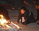 """上海""""11•15""""特大火灾遇难者家属焚香烧纸祭奠逝者(大纪元资料室)"""