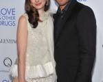 本片二位主演:安妮·海瑟薇(Anne Hathaway)和傑克·吉倫哈爾(Jake Gyllenhaal)摟腰親密亮相電影首映。(圖/Getty Images)