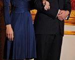 英国连锁超商特易购(Tesco)将推出是凯特‧密道顿(Kate Middleton)宣布与威廉王子(Prince William)订婚时所穿洋装的平价版。(图片来源:BEN STANSALL/Getty Images)