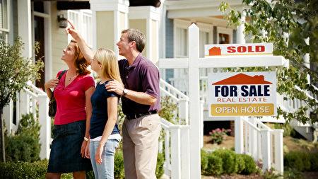 專家認為,買房子並住上幾年,對屋主而言是很好的經濟概念。 圖為一對夫婦帶孩子來看新房子。(Still Representation - Fotolia)
