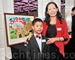 墨爾本中華文化藝術學校創意繪畫班蘇健輝(右一)和指導老師李盈瑩在獲獎作品——《夢》前合影。(攝影:胡宥華/大紀元)