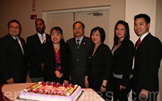 郑雅文(左三)与青商会前辈叶宏志(中)、杨国贞(右三)、及休斯顿青商会分会同袍一起切蛋糕庆祝。(摄影: 张迎 / 大纪元)
