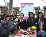 2010嘉義女兒節以「優雅、自然」為主題,縣長張花冠(右三)與嘉義美麗優雅的女兒合影。 (攝影:蘇泰安/大紀元)