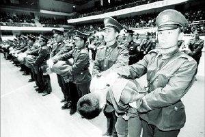 在中國警察公開打人已經是司空見慣的事了。被警察執法後血流滿面、鼻青臉腫的一張張照片常在網絡上見到。(大紀元資料圖片)