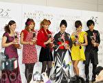 2010年度美甲女王的获奖者,从左至右,杉山爱,Suzanne,神田宇野,深田恭子,Marie和沟端淳平(摄影:章妮妮/大纪元)