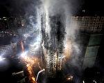 2010年11月15日,上海胶州路教师公寓发生大火,消防部门对大火几乎无能为力。上海市民质疑:防火演习时作秀的先进消防车都到哪里去了?图为大火现场。(AFP)