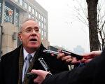 2010年11月30日,薛锋的上诉案在北京高级人民法院进行聆讯。美国大使馆的代表不允许参加。图中副大使金瑞柏(Robert Goldberg)在法庭外呼吁立即释放薛先生。(FREDERIC J. BROWN/AFP/Getty Images)