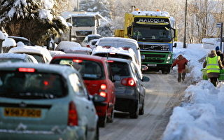 大雪使交通受阻 英国数百车辆被困公路