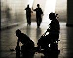 图为在北京地下通道的两名乞讨者。(PETER PARKS/AFP/Getty Images)