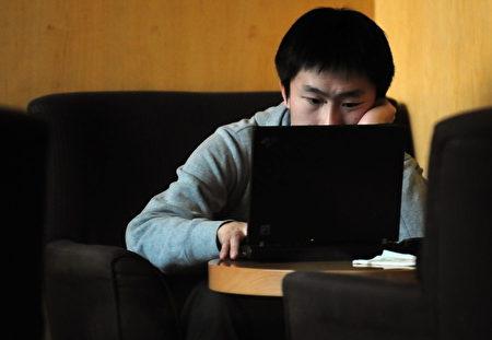 图为中国大陆的一男子在上网(图片来源:Getty images)
