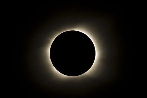 南半球350年來首見日全蝕奇觀南太平洋地區於北京時間7月12日淩晨2時15分出現日全蝕奇觀。此次日食的全食帶長1萬1,000公里,橫跨9個時區,南太平洋群島及智利、阿根廷部分地區民眾,親眼目睹了這個難得一見的大自然奇觀。下次日全蝕日期為2012年11月13日。(AFP PHOTO/Martin Bernetti)